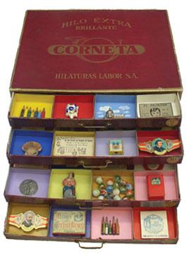 Alfredo Alcaín Caja de hilos Corneta, noviembre de 1975, 37 x 29 x 17 (cerrada), caseina, objetos diversos en caja de cartón