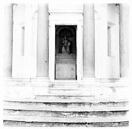 José Ferrero. Escalinata y pórtico del Tempietto de Bramante, 2001, cloruro bromuro virado al selenio, 44x44 cm.