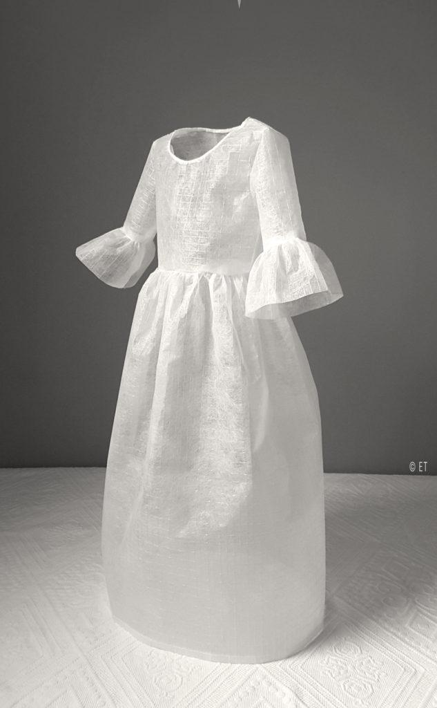 Vestido en tela papel 2018 - Altura: 65 cm.