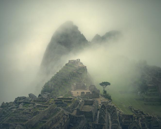 Machu Picchu: 2013.  Juan Manuel Castro Prieto.     60cm x 73cm.Tintas de pigmentos minerales sobre papel 100% algodón