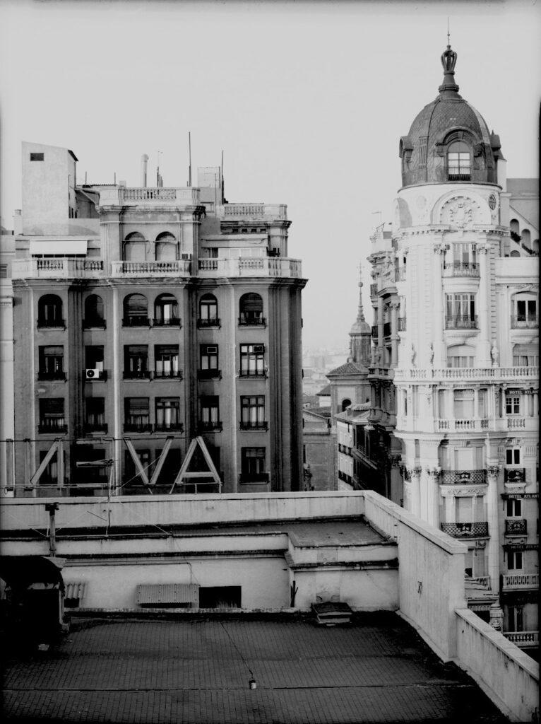 Florian Bolk. Tejado Galerías Preciado Madrid 1990 Fotografía analógica, B/N, 48x56 cm. Blanco y negro copia única.