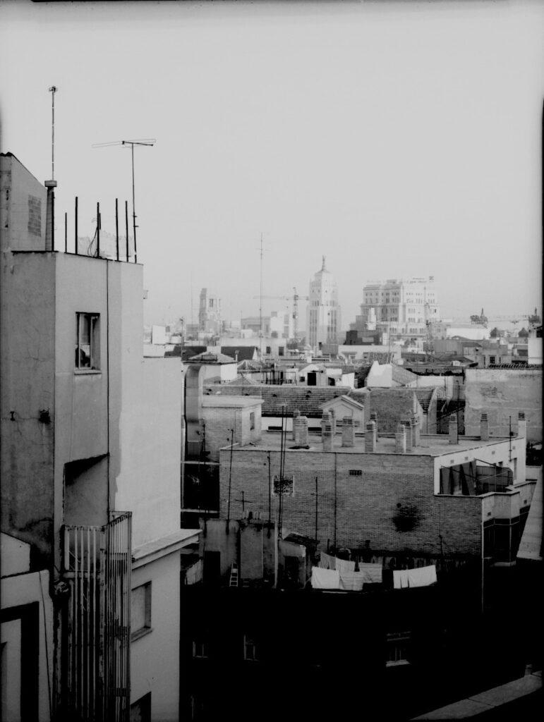 Florian Bolk. Tejado de Galerías Preciados Madrid 1990 Fotografía analógica, B/N, 48x56 cm. Blanco y negro copia única.