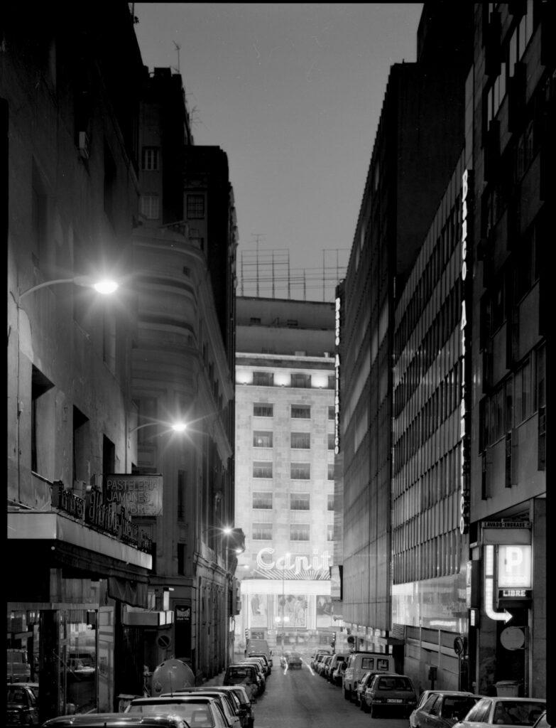 Florian Bolk. Capitol, calle Tudescos. Madrid 1990 Fotografía analógica, B/N, 48x56 cm. Blanco y negro copia única.