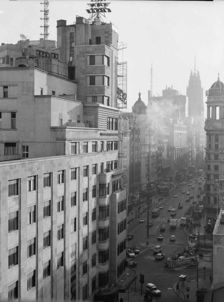 Florian Bolk. Callao, calle Jacometrezo. Madrid 1990 Fotografía analógica, B/N, 48x56 cm. Blanco y negro copia única.